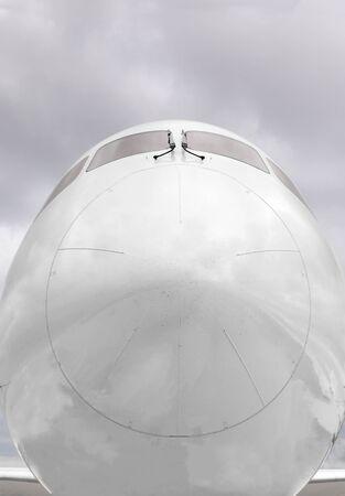 nariz: Primer plano de la parte delantera de un cono de la nariz de aviones comerciales.