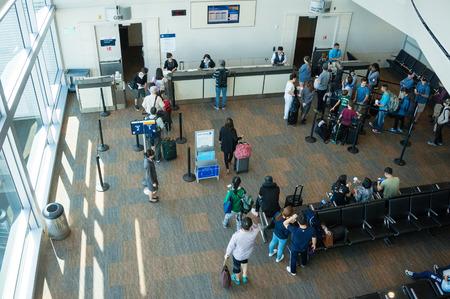 2015 年 6 月 5 日 - 東京都: 乗客はゲート 96年の成田空港で航空機に搭乗する準備ができています。成田は日本の主要な国際空港、国の国際旅客の 50 と