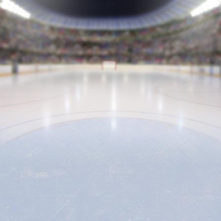 Op ijs lage hoek het licht van hockey arena vol met fans op de tribunes met een kopie ruimte. Opzettelijke focus op de voorgrond ijs en ondiepe scherptediepte op de achtergrond.