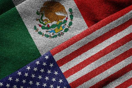 짠된 패브릭 질감에 미국과 멕시코의 국기의 3D 렌더링합니다. 자세한 섬유 패턴 및 그런 지 테마입니다.