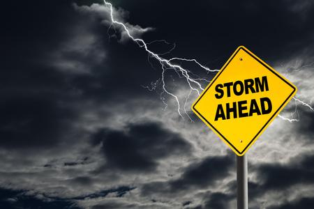 advertencia: Tormenta delante se�al de advertencia en contra de un cielo oscuro, nublado y atronadores. Concepto de la tormenta pol�tica, crisis personal, o de peligro inminente por delante. Foto de archivo