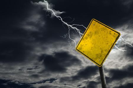 어떤 메시지에 대 한 폭풍우 배경에 빈 및 더러운도 표지판. 임박한 위험 및 위험 복사 공간의 개념. 스톡 콘텐츠