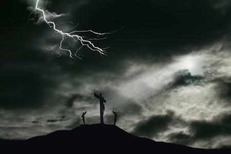 갈보리에 가까운이 다른 강도와 함께 십자가에 예수 그리스도의 십자가의 묘사. 하늘은 드라마 십자가 위에 구름을 통해 번개 빛 휴식의 광선 어두워 스톡 콘텐츠