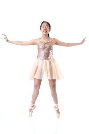 tänzerin: Junge asiatische Ballerina mit Klammern ein Ballett pointe Bewegung ausführt. Isoliert auf weißem Hintergrund.