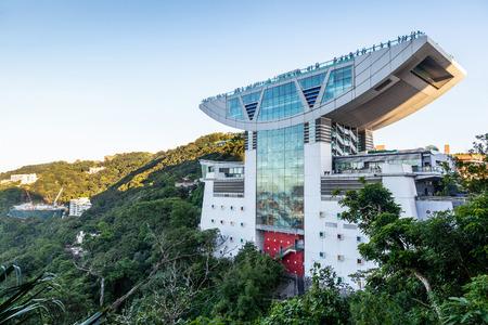 홍콩 -8 월 4 일 : 피크 타워 홍콩 빅토리아 피크 꼭대기 2013 년 8 월 4 일. 해발 428 미터 에서이 상징적 인 랜드 마크 홍콩에서 가장보기 플랫폼을 갖추고