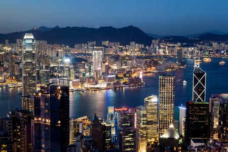 그냥 블루 시간 일몰 후 홍콩 빅토리아 하버의 화려한 밤 장면. 총 구룡의 침사추이 내려다 보이는 빅토리아 피크에서 찍은 사진.