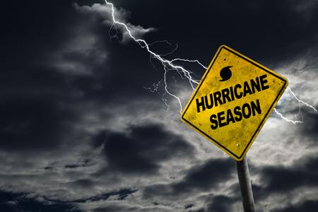 Orkaanseizoen met symbool teken tegen een stormachtige achtergrond en kopie ruimte. Vies en schuine bord draagt bij aan het drama. Stockfoto