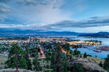 Aerial View of Kelowna, British Columbia, just after sunset on Knox Mountain, Canada. Banque d'images