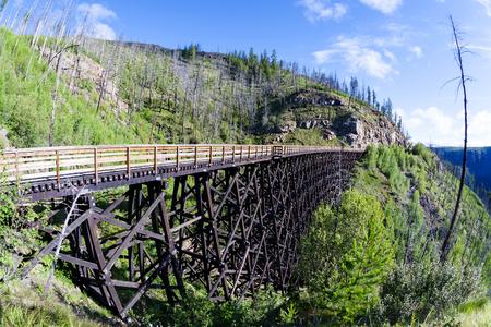 ferrocarril: Originalmente uno de los 19 caballetes de ferrocarril de madera construidas a principios de los años 1900 en la barranca de Myra, BC, el lugar es ahora un parque público con bicicleta y rutas de senderismo. Foto de archivo