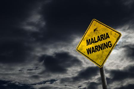 Panneau d'avertissement de paludisme sur un fond orageux avec signe sale et incliné pour le drame. Le paludisme est une maladie mortelle causée par des parasites qui sont transmis aux personnes par les piqûres de moustiques anophèles femelles infectées. Banque d'images - 76482198