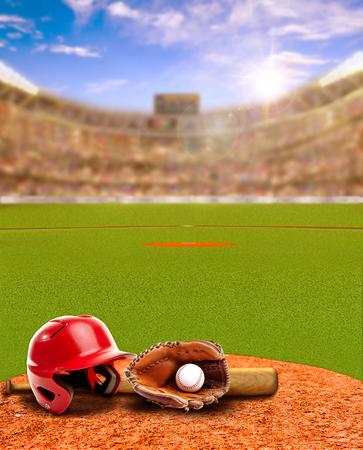 Coucher de soleil sur le stade de baseball rempli d'admirateurs dans les gradins avec casque de baseball, batte, gant et ballon sur terre battue. Concentrez-vous délibérément sur le premier plan avec une faible profondeur de champ sur le fond et une lumière parasite pour un effet optimal. Espace de copie. Banque d'images - 77959820