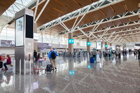 カルガリー, カナダ - 2017 年 8 月 30 日: カルガリー国際空港の国際線ターミナルで乗客。1938 年に開いた空港は北アメリカ、ヨーロッパおよび東アジ