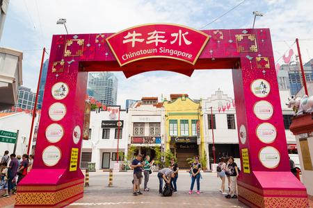 シンガポール-9 月11日、2017: オールド・ヴィクトリア様式の商店がこの人気エリアの商標であるチャイナタウンで写真を撮る訪問者。シンガポールの