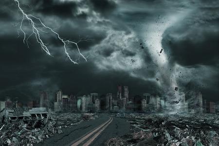 Illustration 3D der ausführlichen Zerstörung des Tornados oder des Hurrikans entlang seines Weges in Richtung zur fiktiven Stadt mit fliegenden Rückstand und einbrechenden Strukturen. Konzept der Naturkatastrophen, Gerichtstag, Apokalypse. Standard-Bild