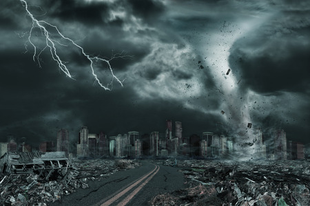 Ilustración 3D de la destrucción detallada del tornado o del huracán a lo largo de su camino hacia la ciudad ficticia con la ruina que vuela y las estructuras que se derrumban. Concepto de desastres naturales, día del juicio, apocalipsis. Foto de archivo