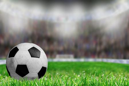 필드 잔디에 축구 공의 낮은 각도보기와 bightly 조명 된 경기장 배경 복사 공간에 필드의 고 의적으로 얕은 깊이. 스톡 콘텐츠