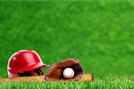 필드에 야구 장비의 낮은 각도보기 잔디 에이 슬을 닫고 복사 공간이 배경에 필드의 고 의적으로 얕은 깊이.