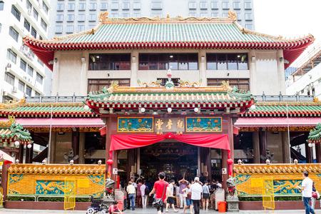 SINGAPUR - 7. SEPTEMBER 2017: Anbeter scharen sich zum historischen Tempel Kwan Im Thong Hood Chos auf Waterloo-Straße während des hungrigen Geist-Festivals. Seit 1884 lockt dieser Tempel der chinesischen Göttin der Barmherzigkeit Anhänger aus aller Welt an.