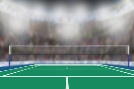 Niedrige Winkelsicht der Badmintonarena mit Sportfans in den Ständen und im Kopienraum. Fokus auf Vordergrund mit absichtlicher flacher Schärfentiefe auf Hintergrund.