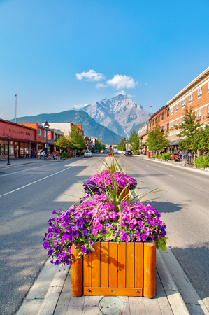 BANFF, CANADA - AUG 20, 2018: Banff Avenue inside Banff National Park with Cascade Mountain in the background. The famous town is renowned for its proximity to the Canadian Rockies. Redakční