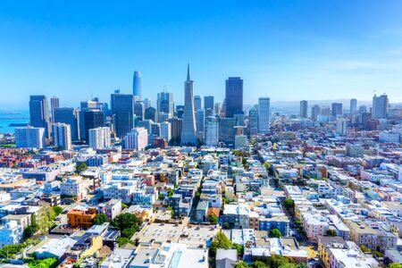 サンフランシスコ、カリフォルニア、アメリカのスカイライン、都市のスプロールとダウンタウンの金融街を示しています。