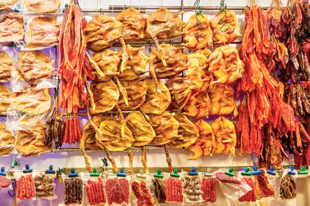 A variety of Chinese sausages, preserved waxed duck and other processed meat for sale on the street market of Singapore Chinatown. Made from pork, chicken liver, bacon and duck meat, these delicacies are especially popular during Chinese New Year. Standard-Bild