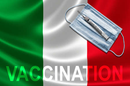 COVID-19 vaccination in Italy concept with face mask and syringe needle vaccine on Italian Flag. Banque d'images