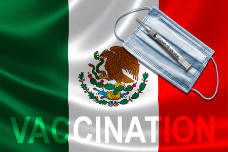 COVID-19 vaccination in Mexico concept with face mask and syringe needle vaccine on Mexican Flag. Banque d'images