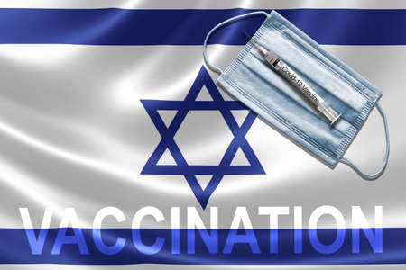 COVID-19 vaccination in Israel concept with face mask and syringe needle vaccine on Israeli Flag. Banque d'images