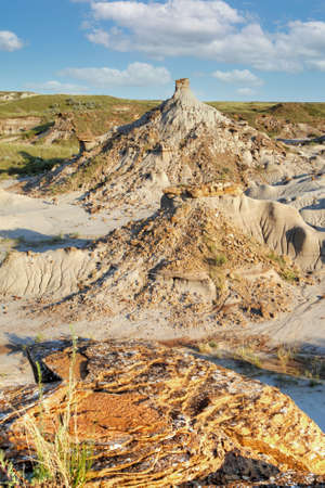 Dinosaur Provincial Park in Alberta, Canada, a World noted for its striking badland topography and abundance of dinosaur fossils, one of the richest fossil locales in the world. Foto de archivo