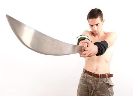ni�o sin camisa: Joven luchador poderoso y agresivo sosteniendo un machete