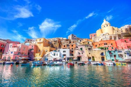 Bella isola nella costa di Mar Mediterraneo, Napoli, Italia