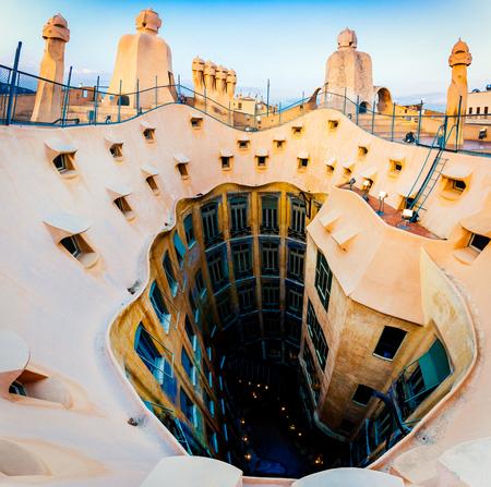 バルセロナ、スペイン、カサ ・ ミラの屋上、アントニオ ・ ガウディによって設計されました。 写真素材