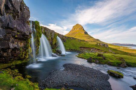Kirkjufell 산, Snaefellsnes 반도, 아이슬란드. 화창한 날의 폭포, 긴 노출 풍경