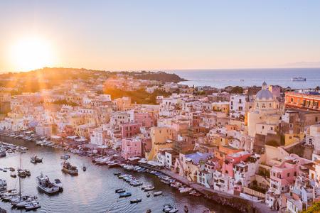 プロチダ、ラ Corricella 港。カンパニア州、イタリア。 報道画像