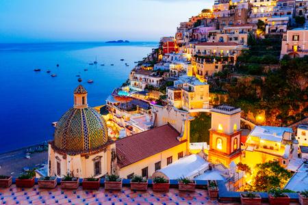 Positano, Campania, Sorrento, Italy의 아말피 해안. 여름 석양에 마을과 해변의 전망 스톡 콘텐츠