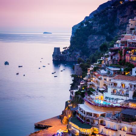 Positano, Côte amalfitaine, Campanie, Sorrente, Italie. Vue de la ville et le bord de la mer dans un coucher de soleil d'été Banque d'images - 76943286