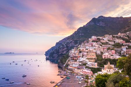 Positano, Côte amalfitaine, Campanie, Sorrente, Italie. Vue de la ville et le bord de la mer dans un coucher de soleil d'été Banque d'images - 77553990