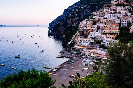 ポジターノ、アマルフィ海岸、カンパニア州、イタリア。町や夏夕日の海辺の景色 報道画像