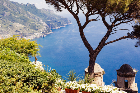 ラヴェッロ、アマルフィ海岸、ソレント、イタリア。ヴィラ ルーフォロから海岸線の表示