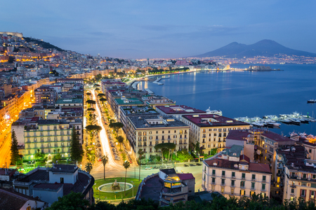 Napels, Campania, Italië. Zicht op de baai 's nachts en de vulkaan van de Vesuvius op de achtergrond