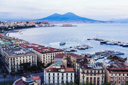 イタリア、カンパニア州、ナポリ。バック グラウンドでマウント ヴェスーヴィオ火山と夜で湾の景色 報道画像