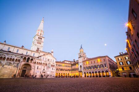 モデナは、イタリア、エミリア ・ ロマーニャ州。グランデ広場とドゥオーモ大聖堂夕暮れ時。 報道画像