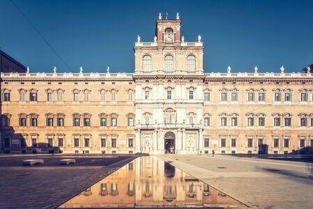 モデナは、イタリア、エミリア ・ ロマーニャ州。ローマ広場と陸軍士官学校の建物 報道画像