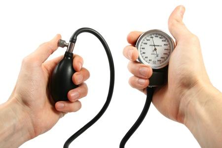 hipertension: Sangre man�metro en las manos Foto de archivo