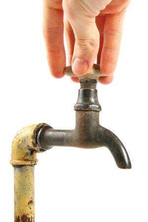 agua grifo: Mano girando la llave vieja y oxidada Foto de archivo
