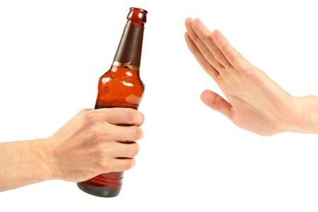 alcoolisme: remettre rejeter une bouteille de bi�re Banque d'images