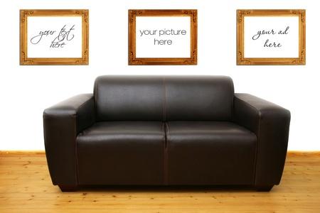 brown leather sofa: Brown divano in pelle e cornici vuote sul muro