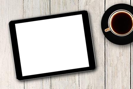 tabulka: Digitální tablet a šálek kávy na dřevěném stole