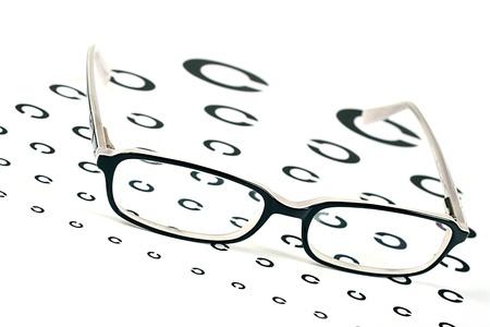 sight chart: gafas negras en una tabla optom�trica prueba de la vista